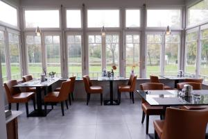 A restaurant or other place to eat at Rijksmonument Hotel de Sprenck
