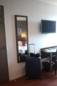 Телевизор и/или развлекательный центр в Orly Superior Hotel