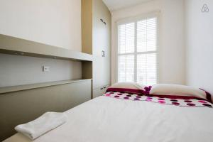 A bed or beds in a room at Arsenal 123