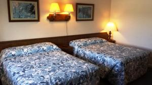 A bed or beds in a room at Nocturne Motel