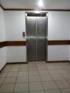 A bathroom at Condomínio Barra Sammer Flat