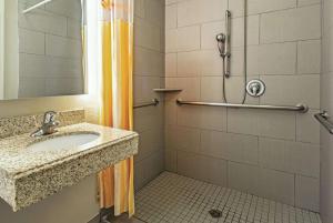 A bathroom at La Quinta by Wyndham Phoenix I-10 West