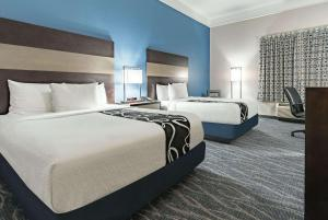 A bed or beds in a room at La Quinta by Wyndham Phoenix I-10 West