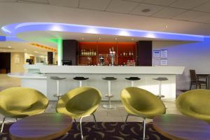 The lounge or bar area at Holiday Inn Express Dunstable, an IHG Hotel