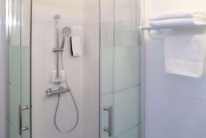 A bathroom at Best Western Hôtel des Thermes - Balaruc les Bains Sète