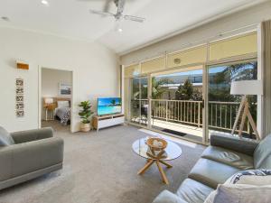 A seating area at Seashells Apartments Merimbula