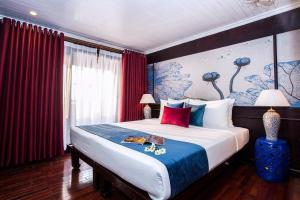 Giường trong phòng chung tại Legend Halong Private Cruises - Managed by Bhaya Cruise