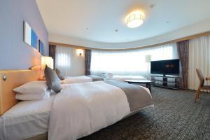Кровать или кровати в номере Okayama Koraku Hotel