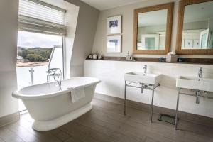 A bathroom at Salcombe Harbour Hotel