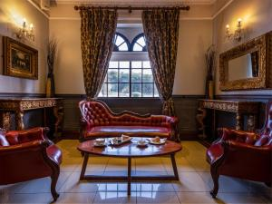 A seating area at Treacy's Hotel Spa & Leisure Club Waterford