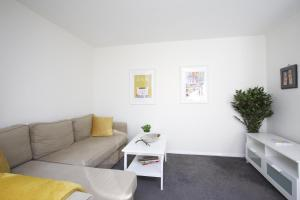 A seating area at Sleek 2BD House with Garden Heart of Guildford