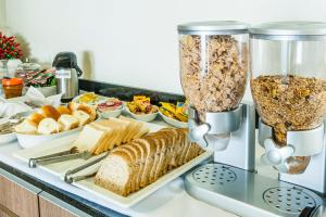 Breakfast options available to guests at Vida Plaza Hotel
