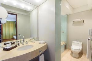 A bathroom at Hotel De La Opera