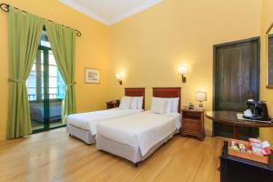 A bed or beds in a room at Hotel De La Opera