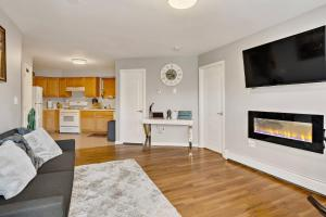 A television and/or entertainment centre at Throgsneck Hidden Gem 1-BR Minutes From NYC/LGA