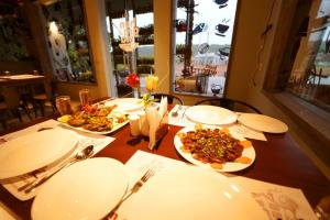 A restaurant or other place to eat at WithInn Hotel - Kannur Airport