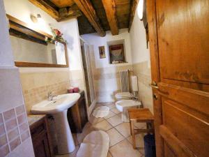 A bathroom at B&B Le Cloux