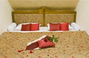 Postel nebo postele na pokoji v ubytování Amira Boutique Hotel Hévíz Wellness & Spa