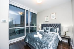 A bed or beds in a room at PlanURstay- Mississauga Downtown Square One Shopping Centre