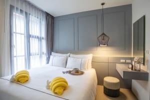 Кровать или кровати в номере Surin Beach Residence