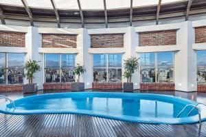 A piscina localizada em Sheraton Porto Alegre ou nos arredores