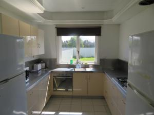 A kitchen or kitchenette at Latrobe Mersey River Cabin and Caravan Park