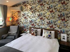 A bed or beds in a room at Hotel Wellies