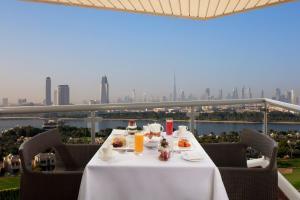 مطعم أو مكان آخر لتناول الطعام في بولمان دبي كريك سيتي سنتر