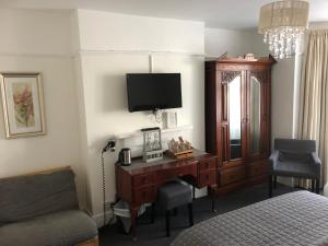 A television and/or entertainment center at Newton House Guesthouse