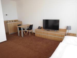 Телевизор и/или развлекательный центр в Hotel Fabrika