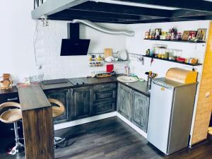 Кухня или мини-кухня в Апартаменты на Социалистической