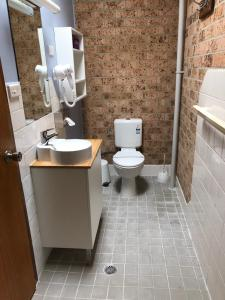 A bathroom at Whale Fisher Motel