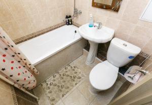 A bathroom at Двухкомнатная квартира с ЖД вокзалом и площадью Ленина