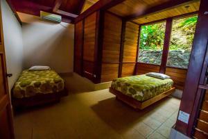 Cama o camas de una habitación en Koro Sun Resort & Rainforest Spa