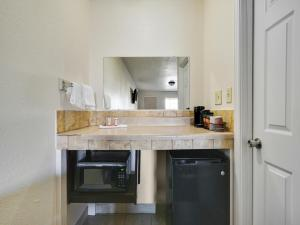 A kitchen or kitchenette at Route 66 Inn