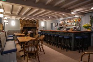 The lounge or bar area at Beausite Hotel
