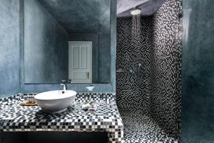 A bathroom at Santorini Kastelli Resort