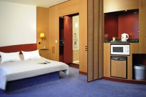 A bed or beds in a room at Novotel Suites Hamburg City