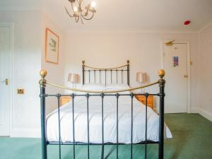 A bed or beds in a room at OYO Seven Stars Inn