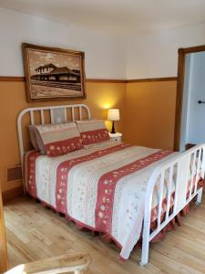 A bed or beds in a room at Auberge de la Gare