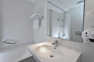 A bathroom at Wyndham Garden Potsdam