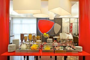 Cuisine ou kitchenette dans l'établissement Ibis Styles Parma Toscanini