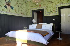 A bed or beds in a room at Casa Oliver Boutique B&B - Principe Real