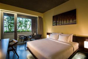 Ein Bett oder Betten in einem Zimmer der Unterkunft Mulberry Collection Silk Eco