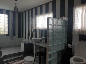 A bathroom at TipTop Hotel, Resto and Delishop