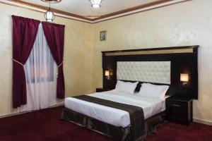Cama ou camas em um quarto em Flora Park Yanbu 1 Hotel Suites