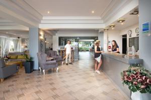 De lobby of receptie bij Flegra Palace