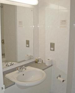 A bathroom at Britannia Hotel Newcastle Airport