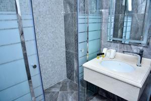 Um banheiro em Supreme Hotel Baku