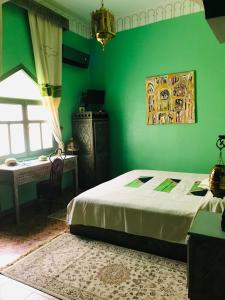 A bed or beds in a room at Le Petit Riad Maison d'hôtes